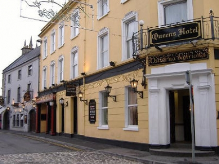 Photo of front of Queen's Hotel, Ennis